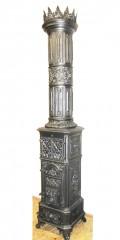 Prunk-Säulenofen aus der Widaer Hütte - Ausdruckstarker Säulenofen aus der Widaer Hütte  gegossen um 1880